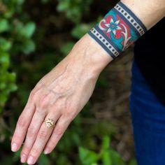 cuff tattoos van Vic James - One Hand in my Pocket Ankle Cuff Tattoo, Love Wrist Tattoo, Tattoo Band, Forearm Band Tattoos, Tattoo Bracelet, Calf Tattoo, Black Ink Tattoos, Line Tattoos, Body Art Tattoos