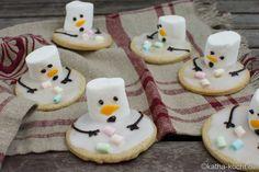Weihnachtsgebäck - schmelzende Schneemann Plätzchen - Katha-kocht! Snowman Cookies, Christmas Cookies, Schneemann Cookies, Fondant Cookies, Healthy Drinks, Food Porn, Biscuits, Food And Drink, Cooking Recipes