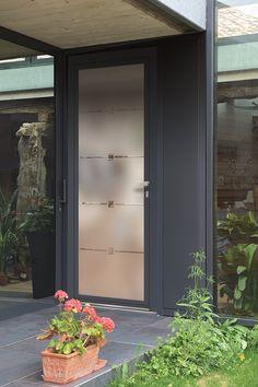 La LUCIA 5 est une porte d'entrée entièrement vitrée en vitrage modèle cristallisé Son entrée est conviviale et attrayante tout en respectant les critères essentiels d'une porte telles les performances thermiques, acoustiques et esthétiques. Front Door Entryway, Grey Front Doors, Porte Design, Door Design, Porch Designs Uk, Tall Cabinet Storage, Locker Storage, Glass Door, Facade
