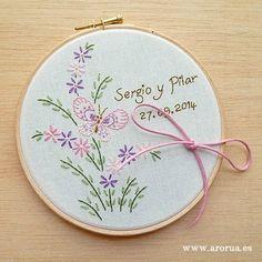 Bastidor Porta Alianzas Hand Embroidery Patterns Flowers, Embroidery Letters, Embroidery Works, Hand Embroidery Designs, Flower Patterns, Wedding Crafts, Diy Wedding, Diy Crafts Hacks, Diy Kits