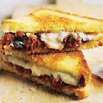 Sándwich caliente de parmesano con berenjenas