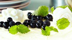 Sokerimassasta tehdyt ruusut | K-ruoka #koristelu #kesä Blackberry, Fruit, Food, Essen, Blackberries, Meals, Yemek, Rich Brunette, Eten