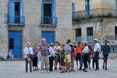 En el centro de La Habana, turistas extranjeros caminan apiñados y sonrientes. En Costa Rica, migrantes cubanos desesperados se aglutinan por miles en albergues, a la espera de poder seguir su viaje hacia territorio estadounidense.