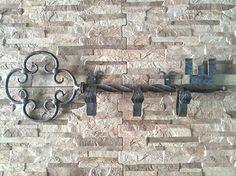 #Perchero de pared hecho en #forja en forma de llave. Artesanía hecha en España. ¡Clica para saber más!