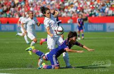 女子サッカーW杯カナダ大会・準決勝、日本対イングランド。イングランドのクレア・ラフェルティに倒される有吉佐織(2015年7月1日撮影)。(c)AFP/Getty Images/Kevin C. Cox ▼2Jul2015AFP|なでしこジャパンが米国との決勝に進出、W杯連覇に王手 http://www.afpbb.com/articles/-/3053365 #2015_FIFA_Womens_World_Cup #Semifinal_Japan_vs_England