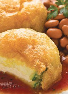 Receta de calabacitas en caldillo de jitomate. Anímate a preparar estas delicias, su relleno de queso panela y el capeado le darán un toque espectacular.