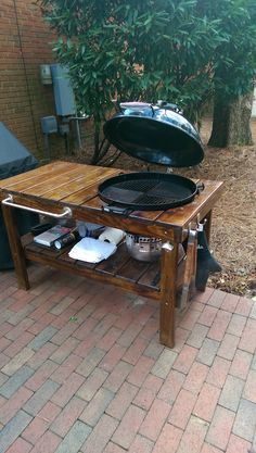 Weber kettle with table Bbq Kitchen, Backyard Kitchen, Outdoor Kitchen Plans, Outdoor Kitchen Design, Webber Grill Table, Diy Bbq Area, Weber Charcoal Grill, Outdoor Grill Station, Grill Cart