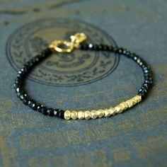 Bracelet minimaliste de diamant noir spinelle avec or par Potliwrap
