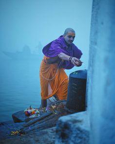 Morning Ritual at the Ghats by @twotinkers #Varanasiguru #shiva #Varanasi #uttarpradesh #uttarpradeshtourism #hinduism #incredibleindia #india #indianphotography #shivling #dharma #travelrealindia Shiva Hindu, Hindu Art, Krishna, Indian Photography, Street Photography, Photography Tips, Amazing India, Lord Shiva Painting, India Culture