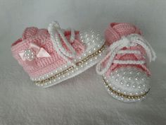 De 0 á Se Gostou Clique no ❤ Siga nosso perfiThis Pin was discovered by TaiBeauty and Things (аCrochet Baby Booties With Bows And PearlsFaixa e sapatinho de crochê com chaton de strass - 50 cores no Crochet Baby Sandals, Booties Crochet, Baby Girl Crochet, Crochet Baby Clothes, Crochet Slippers, Cute Baby Shoes, Baby Girl Shoes, Baby Slippers, Baby Boots