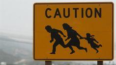 Achtung Flüchtlinge: Auf diese Schilder stößt man an der Grenze zwischen Mexiko und Texas häufiger.