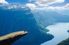 A Noruega faz jus ao seu passado viking: assim como as histórias de seus antigos guerreiros, as paisagens do país escandinavo são épicas, com montanhas surgindo, de maneira dramática, entre lindos cursos d'água. Tal cenário faz do território norueguês um lugar perfeito para trilhas e viagens estradeiras. Muitos desses caminhos vão até alguns dos mais belos mirantes do mundo, que colocam o turista cara a cara com abismos e fiordes. Entre esses locais, um dos mais impressionantes é Trolltunga…