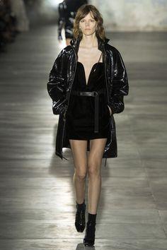 Freja Beha Erichsen au défilé Saint Laurent par Anthony Vaccarello, robe noire