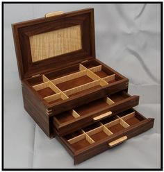 Schmuckschatulle aus Nussbaum & Ahorn - Recreational Room - Natural Make Up DIY - DIY Jewelry Box - Bob Hairstyles Medium - Simple Home DIY Woodworking Jewellery Box, Woodworking Box, Wooden Jewelry Boxes, Jewellery Boxes, Decorative Wooden Boxes, Jewelry Box Plans, Black Gold Jewelry, Wood Picture Frames, Diy Box