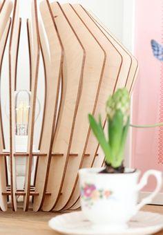 De Original M van het Portugese Merk Bomerango, is een eigentijdse lamp samengesteld uit 32 boemerangs. De innovatieve lampen van Scandinavisch design zijn geïnspireerd door de organische vormen en materialen van de natuur. Wat de Bomerango Original M zo bijzonder maakt, is dat de lamp zowel als hanglamp, tafellamp en vloerlamp kan worden gebruikt.