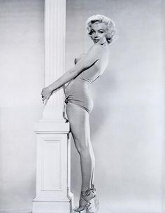 1953 Marilyn tient la colonne par Reisfeld - Divine Marilyn Monroe
