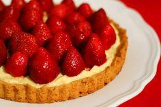 Ieri m-am intors de la piata cu o prada colorata – un kilogram de cirese si-un altul de capsuni – cu care m-am plimbat apoi pana acasa prin ploaie, nu pentru ca-s o fire romantica de vara, ci pentru ca Iv s-a gandit de dimineata sa-mi confiste masina. Sper ca i s-a oprit motorul de … Strawberry Tart, Raspberry, Vanilla Cream, Dessert Recipes, Desserts, Food Inspiration, Foodies, Nom Nom, Sweet Tooth