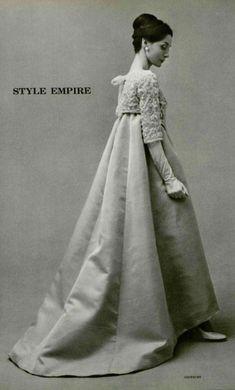 1958 - Hubert de Givenchy evening gown -Looks like a hanbok to me Fifties Fashion, Retro Fashion, Vintage Fashion, Vintage Outfits, Vintage Gowns, 1950s Style, Bridal Skirts, Paris Mode, Wedding Dress Trends
