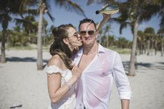 Vili es Márti - Tengerparti Esküvő | Florida, USA #utazás #utazásiiroda #weddinginseychelles #tengerpartiesküvő #külföldiesküvő #esküvő #esküvőihelyszìn #esküvő #tenger #málta #eskuvomaltan #sea #külföldiesküvő Miami Beach, Florida, Usa, Wedding Dresses, The Florida, Bridal Dresses, Bridal Gowns, Wedding Gowns, Weding Dresses