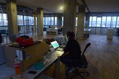 Netural in der Tabakfabrik Linz: erstmals abendliche Stimmung in den neuen Räumen. Desk, Furniture, Home Decor, Linz, Backdrops, Moving Home, Mood, Desktop, Decoration Home