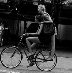 las bicicletas siempre han sido un medio de transporte colectivo :)