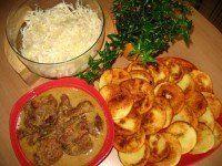 VEPŘOVÉ NA PIVĚ BRAMBOROVÉ PLACIČKY ZELNÝ SALÁT.....   Mimibazar.cz Curry, Meat, Chicken, Ethnic Recipes, Dinners, Food, Dinner Parties, Curries, Food Dinners