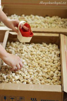 Rozdělování koláčků do košíčků Desert Recipes, Deserts, Food And Drink, Sweet, Basket, Bakken, Presents, Candy, Desserts
