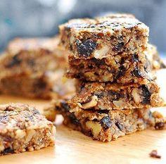 Мелко нарезать чернослив , орехи растолочь в ступке, овсянку обжарить на сухой сковороде в течение 5 минут.