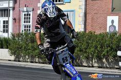 115/221   Photo du stunt show, Scuola di Polizia situé à Mirabilandia (Italie). Plus d'information sur notre site http://www.e-coasters.com !! Tous les meilleurs Parcs d'Attractions sur un seul site web !! Découvrez également nos vidéos du show à ces adresses : http://youtu.be/DB4UCC9a3J0 & http://youtu.be/4F9wptkq8Uc