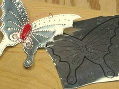 Dibuja el diseño de la mariposa en el metal