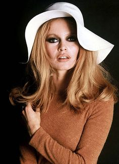 Fashion Icon Friday: Brigitte Bardot The Parisian actress, model, and singer, was also quite a trendsetter. Bardot started her career as a ballerina and by the was frequently appearing in a wide. Bridget Bardot, Brigitte Bardot, Divas, French Actress, Twiggy, Looks Style, Timeless Beauty, French Beauty, Classic Beauty