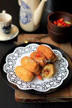 Kroket Kentang Isi Ayam & Wortel Indonesian Desserts, Asian Desserts, Indonesian Food, Indonesian Recipes, Dutch Recipes, Spicy Recipes, Cooking Recipes, Yummy Recipes, Savory Snacks
