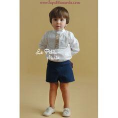 63e31f013 Conjunto de niño de pantalón corto y camisa de manga larga. Pantalón azul  marino y camisa blanca con pechera ribeteada en beige.