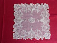 Pañuelo bordado sobre tul, con hilos de colores.       Pañuelo bordado sobre tul, color crudo, mi primer trabajo.