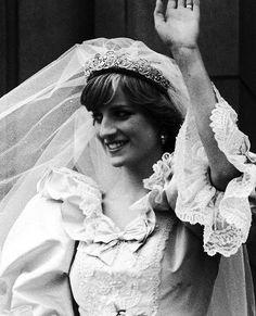ANNEES 80 Cette robe a lancé les codes des 80's ! Manches ballon, jupe volumineuse, grande traine, taffetas, soie sauvage,....