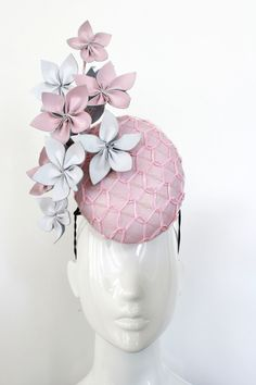 This piece is made on a wire frame, which gives it added height. The frame is attached to elastic and features a metal comb for added security. Millinery Hats, Fascinator Hats, Fascinators, Headpieces, Race Day Hats, Bandana, Race Wear, Crazy Hats, Races Fashion