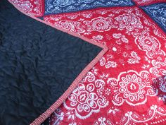 Solid navy-blue for the back and a red-stripped binding finished it up - cute, no? I wrapped up the quilt and put it with a cute white wicker picnic basket . Bandana Crafts, Bandana Ideas, Red Bandana, Sewing Hacks, Sewing Crafts, Sewing Projects, Cute Quilts, Baby Quilts, Bandana Quilt
