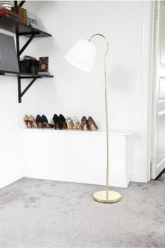 Golvlampa Rosie i sandsvart metall med vit skärm i bomull. H: 144 cm, Ø: 25 cm. Skärmens storlek: H: 18 cm, Ø: 25 cm. E27 stor sockel max 60W (ingår ej). Strömbrytare på lamphållaren. 2,5 meter svart kabel.