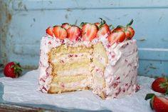 Himmelsk Jordgubbstårta är en av de godaste tårtorna som finns. Om inte DEN godaste. Den är även väldigt enkel att baka. Samma fyllning genom hela tårtan. Jag tycker verkligen att ni ska prova denna. Den är, precis som namnet antyder - Himmelsk.