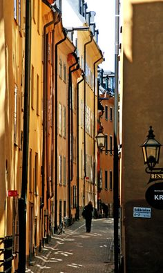 The narrow streets of Gamla Stan Stockholm, Sweden Stockholm Old Town, Stockholm Sweden, Places To Travel, Places To See, Places Ive Been, Sweden Cities, Black Haircut Styles, Cozy Cafe, Sweden Travel