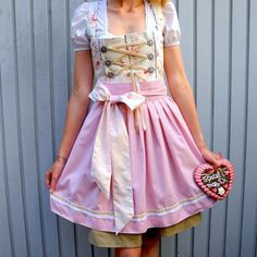 Tutorial on how to sew your very own Bavarian Dirndl! Oktoberfest here we come! (in German)