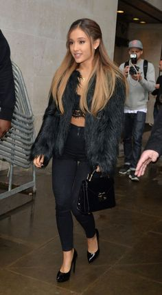A Week in Her Style: Ariana Grande - College Fashion Cabello Ariana Grande, Ariana Grande Fotos, Ariana Grande Pictures, Ariana Grande Hair Color, Look Fashion, Fashion News, Fashion Outfits, Ariana Grande Outfits Casual, Celebrity Photos