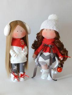 Модная кофточка для кукол с выкройкой и пошаговыми фото. Если вы знаете автора куколок, будем признательны за информацию. #куклы #одежда_для_кукол #будем_делать #своими_руками #шьем_сами Pretty Dolls, Cute Dolls, Doll Crafts, Cute Crafts, Blythe Dolls, Barbie Dolls, Fabric Doll Pattern, Fabric Toys, Sewing Dolls