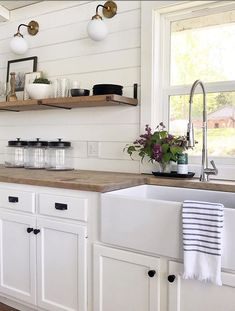 Decorating with lavender flowers can add such pretty kitchen decor. Love this farmhouse kitchen with simple lavender decoration. #farmhousedecor #lavenderdecorations #kitchendecor #farmhousecharm #decoratingwithlavender