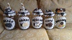 kit de potes de mantimentos de vidro decorado com biscuit. a cor fica a critério do cliente. temos a opção de venda separadamente.