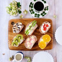 2016.07.10 (Sun) #TodaysBreakfast #OpenSandwich 爽やかな朝が…だんだん暑くなってきました ・ くるみ入りライ麦パンを手に入れたので、 色々オープンサンドに。 ・ クリームチーズの上に、 ・アスパラ&チーズ ・パストラミポーク&チーズ ・マシュマロ&チョコ ・マシュマロ&いちご ・キウィ&ハチミツ ・オレンジ&ハチミツ ・ 息子はフルーツ系が好みだったようで、 先に食べられました…。 ・ 素敵な日曜日を。 ・ #bersa #1616aritajapan #オープンサンド #グスタフスベリ #北欧ビンテージ