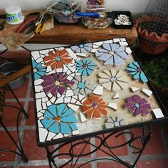 The one shown is a square but the design would be good in any shape. Mosaic Pots, Wood Mosaic, Mosaic Diy, Mosaic Garden, Mosaic Crafts, Mosaic Wall, Mosaic Glass, Mosaic Tiles, Mosaics