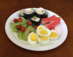 Ovos de Galinha, Kanikama, Sushi á Califôrnia e Salada de Chuchu com Tomates Cereja.