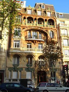 Immeuble Lavirotte -Le Castel Béranger tout d'abord, dans le 16e arrondissement, réputé pour être l'édifice fondateur du mouvement Art Nouveau. Et le 29 avenue Rapp, dans le 7e arrondissement, appelé aussi l'Immeuble Lavirotte.