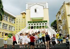 陽光國小的無敵溜滑梯,從教室直達操場。(圖片提供:陽光國小粉絲頁)